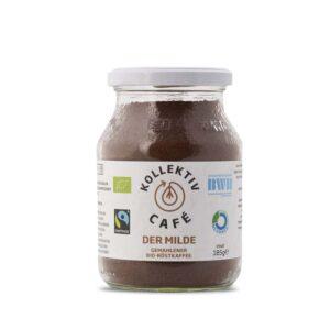 Fairtrade Bio Kaffee der Milde im Mehrwegglas, daneben Kaffeepulver im Kaffeefilter und eine Tasse Kaffee.