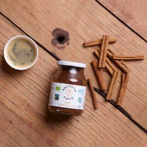 Fairtrade Bio Kaffee Zimt, freigestellt auf weißem Hintergrund im Mehrwegglas
