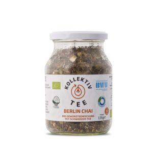 Bio Tee Berlin Chai, CO2 Neutral produziert, freigestellt auf weißem Hintergrund im Mehrwegglas