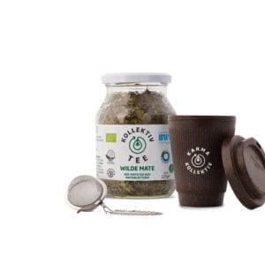 Bio Tee Wilde Mate, CO2 Neutral produziert, im Mehrwegglas mit einem Kaffeebecher aus gebrauchtem Kaffeesatz und Teeei.