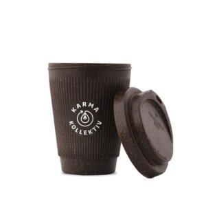 To Go-Becher für Tee und Kaffee mit KarmaKollektiv Logo. Ressourcenschonend und pflanzenbasiert hergestellt aus Kaffeesatz.