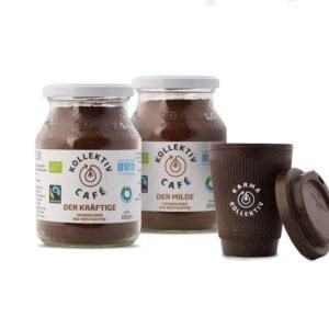 Fairtrade Bio Kaffee der Milde und der Kräftige im Mehrwegglas, rechts davon Kaffee-To-Go Becher aus Kaffeesatz