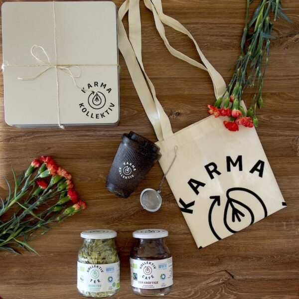 Geschenkbox mit To-Go Becher aus Kaffeesatz, Jutebeutel aus 100% Bio-Baumwolle, ein Teeei, Bio Kaffee Zimt und Bio Tee Berlin Chai, Nachhaltig angebaut