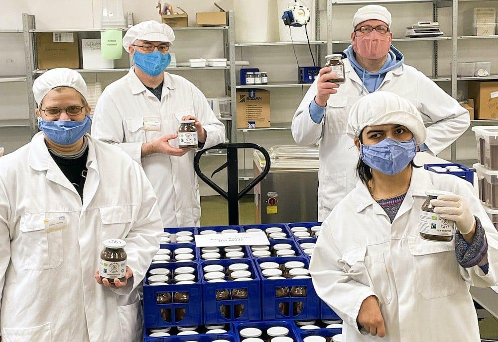 Die Abfüllung von Bio Tee und Bio Kaffee von KarmaKollektiv sorgt für Inklusion von Mitarbeitern der BWB